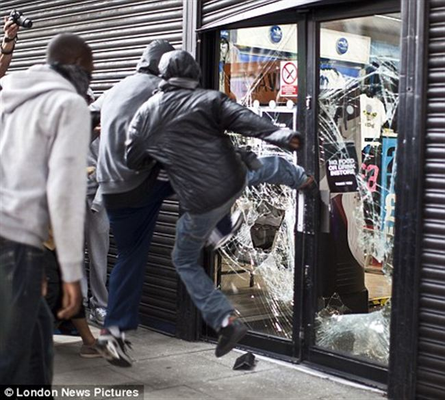 Attackgroup youths kick the door sports store Hackney