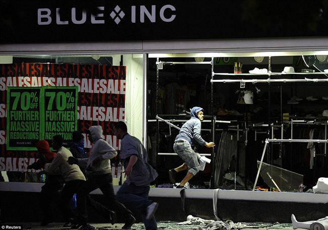 Stealinggroup looters flee from clothes store Blue Inc Peckham after stealing clothes